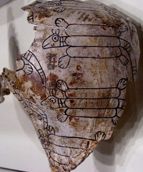 Ornamentowana muszla, z której najprawdopodobniej spożywano ciemny napój, odkryta na stanowisku Spiro w Oklahomie © Herb Rowe. Creative Commons
